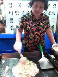 美味しそうにチヂミを作る韓国の店員