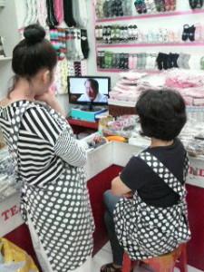 韓国の店員はすぐ座ってテレビを見る