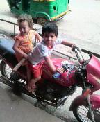 バイクに乗るインドの少年