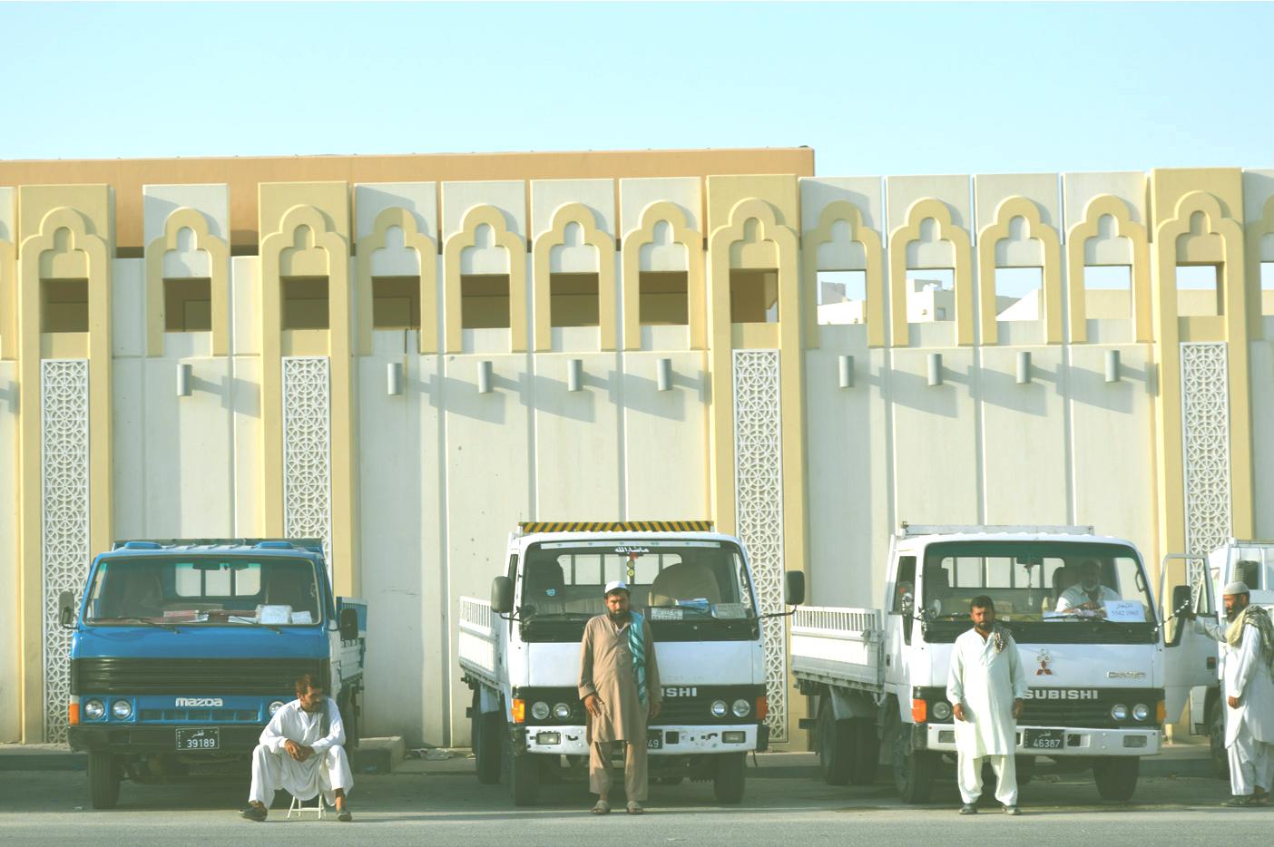 カタールのバス停付近にて