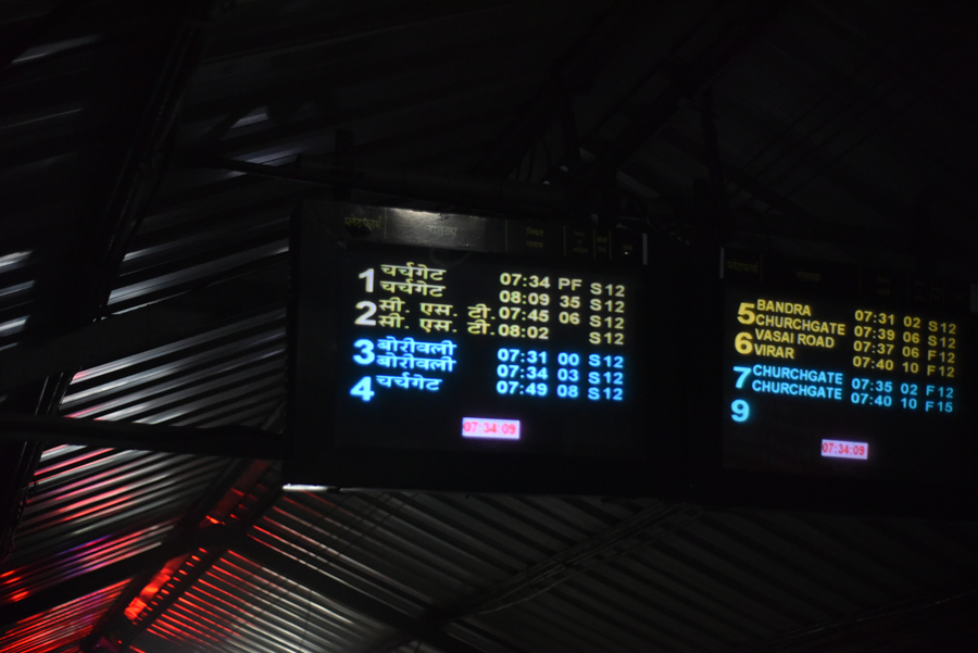 アンデヘリ駅の電光掲示板(ムンバイ旅・マヒム少年)