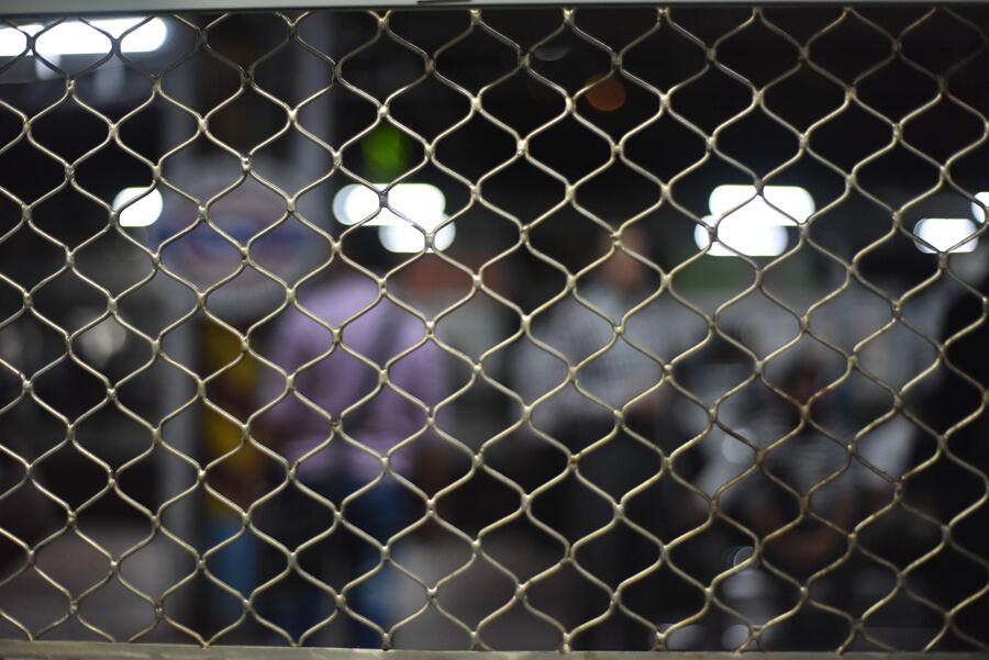 車内から外の様子(Western Railway)インド・ムンバイ旅マヒム少年