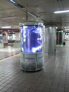 韓国の地下鉄にある液晶の柱