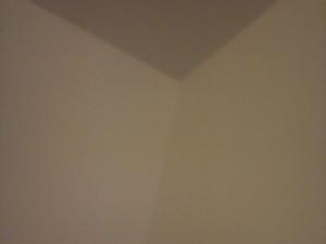 越したマンションの部屋の壁。