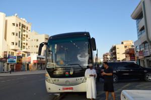 朝6時半に国際バスが路駐しています