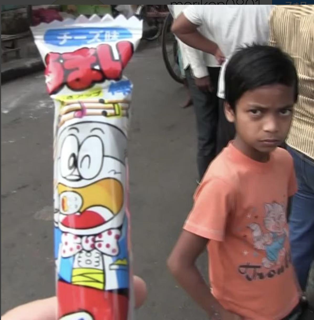 インドの子供にうまい棒チーズ味を食べさせる