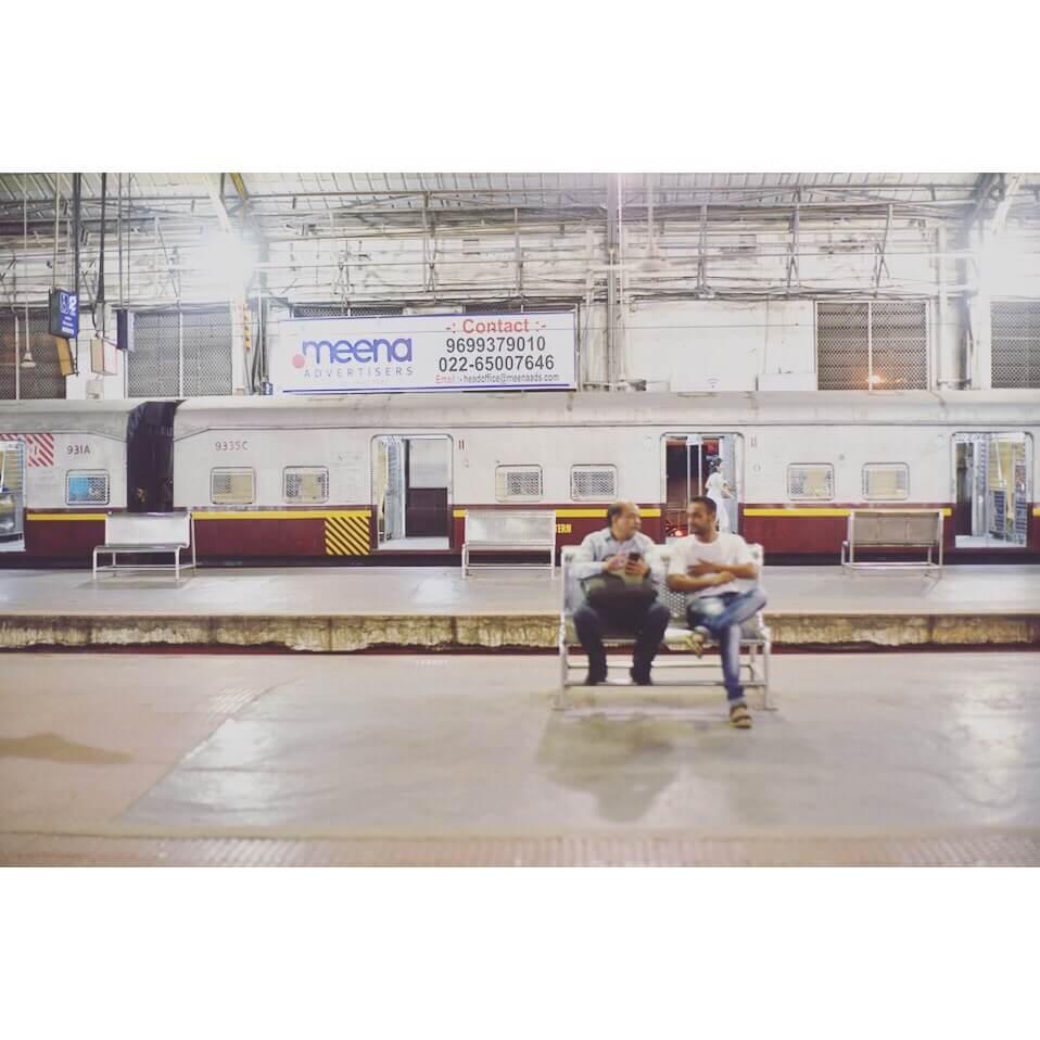 【インド・ムンバイ旅/マヒム少年】#11 チャーチゲート駅構内で話に没頭する人