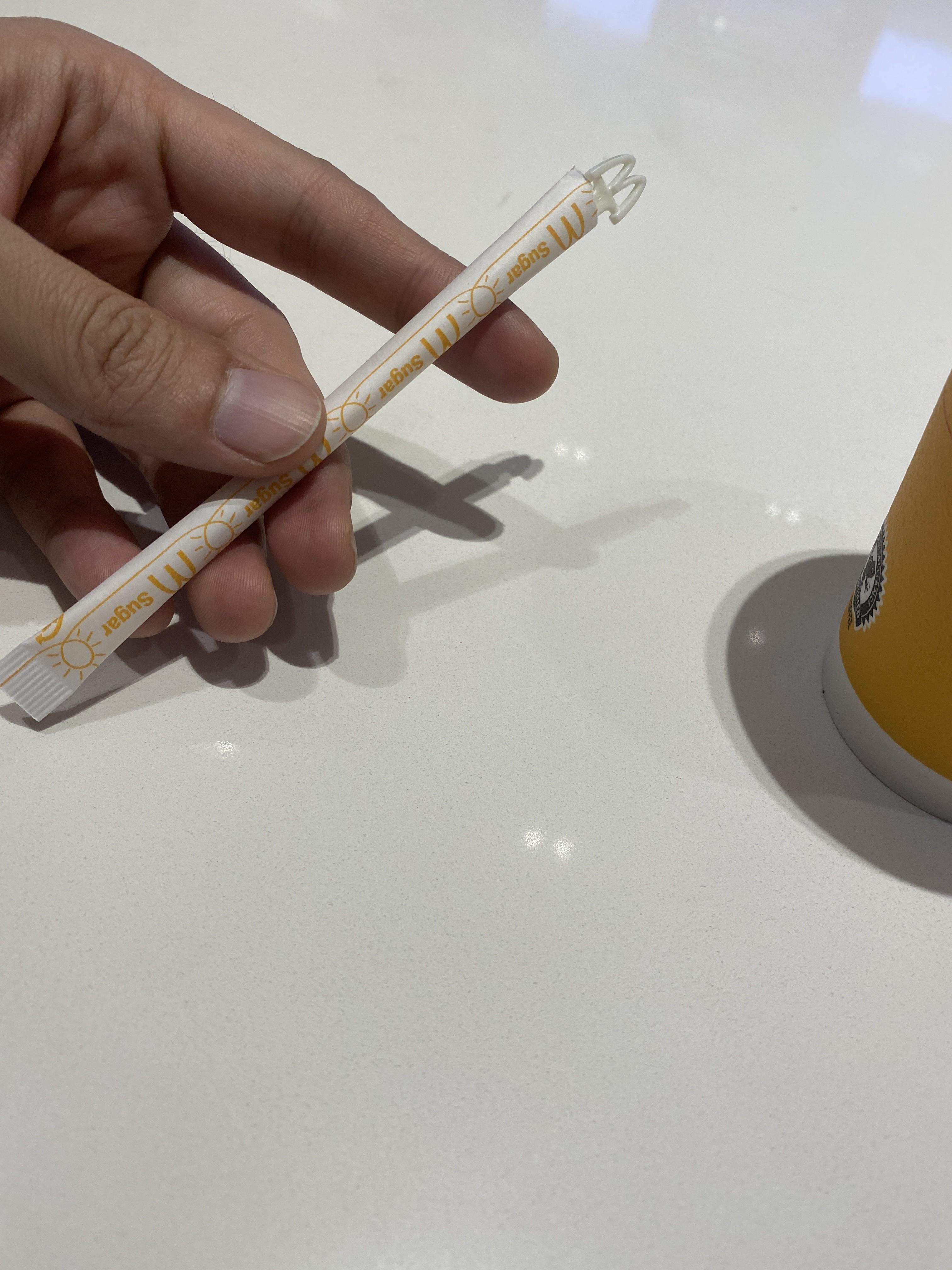 砂糖とマドラーとカフェラテ【非公式】マクドナルドでカフェラテ買ったあと、砂糖を入れてマドラーで掻き回した後、ちゃんとする方法