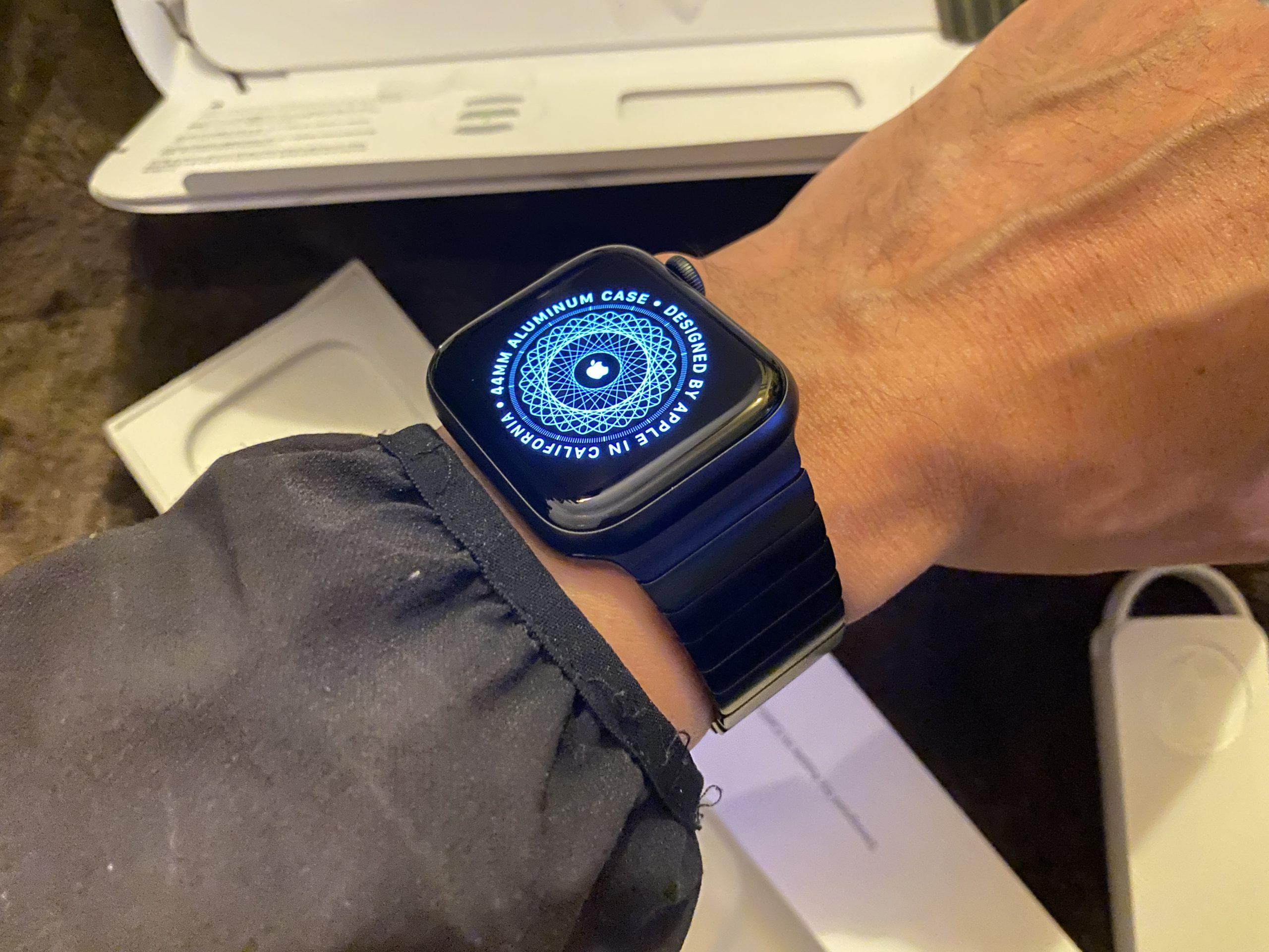 どうでしょう。装着しているところ。Apple Watch Series 6 -44mmスペースグレイアルミニウムケースとスペースブラックリンクブレスレット