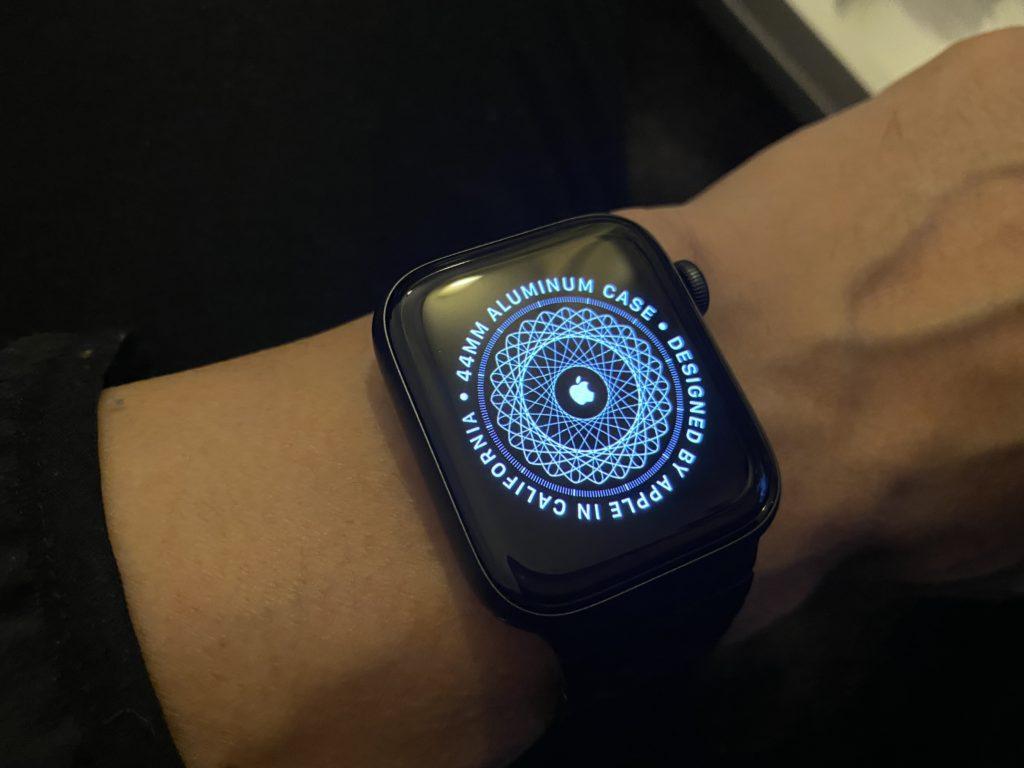 装着しているところ。Apple Watch Series 6  -44mmスペースグレイアルミニウムケースとスペースブラックリンクブレスレット